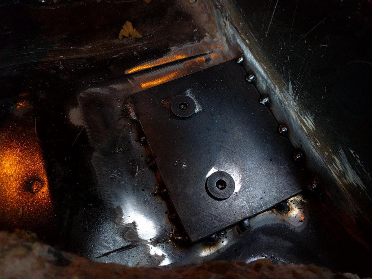 ロールバー設置用の鉄板を車体に溶接