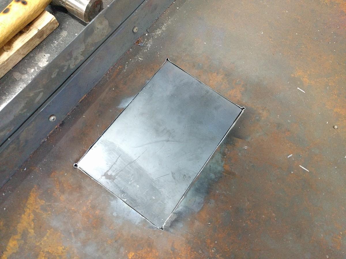 新しい鉄板をはめ込み