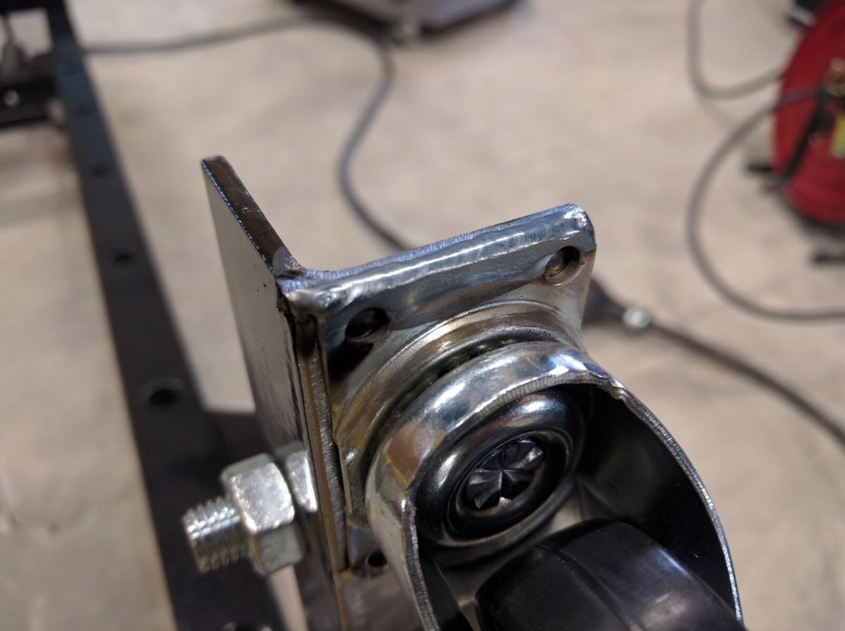 油圧プレスに車輪を溶接