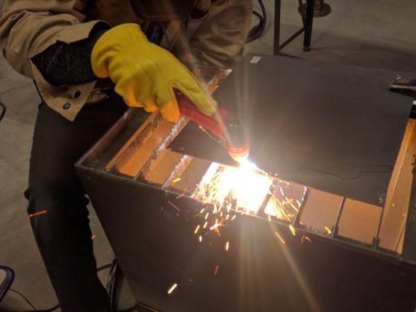 プラズマカッターで鉄板を切断
