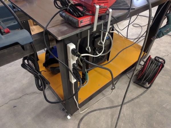 作業台に取り付けた電源タップ