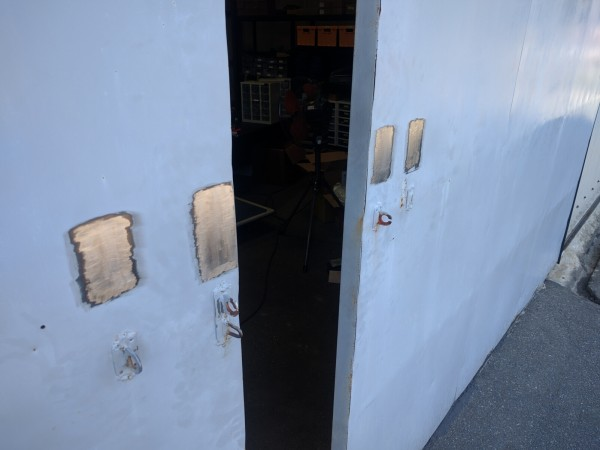 倉庫の扉の塗装を剥がした