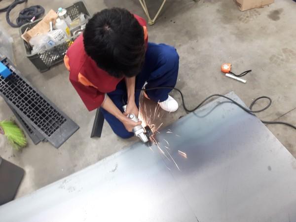 グラインダーで鉄板の切断