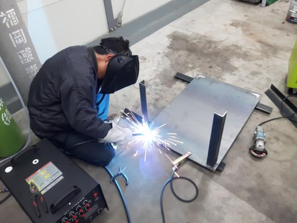 半自動溶接機で作業台の製作