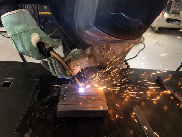 鋼板を半自動溶接